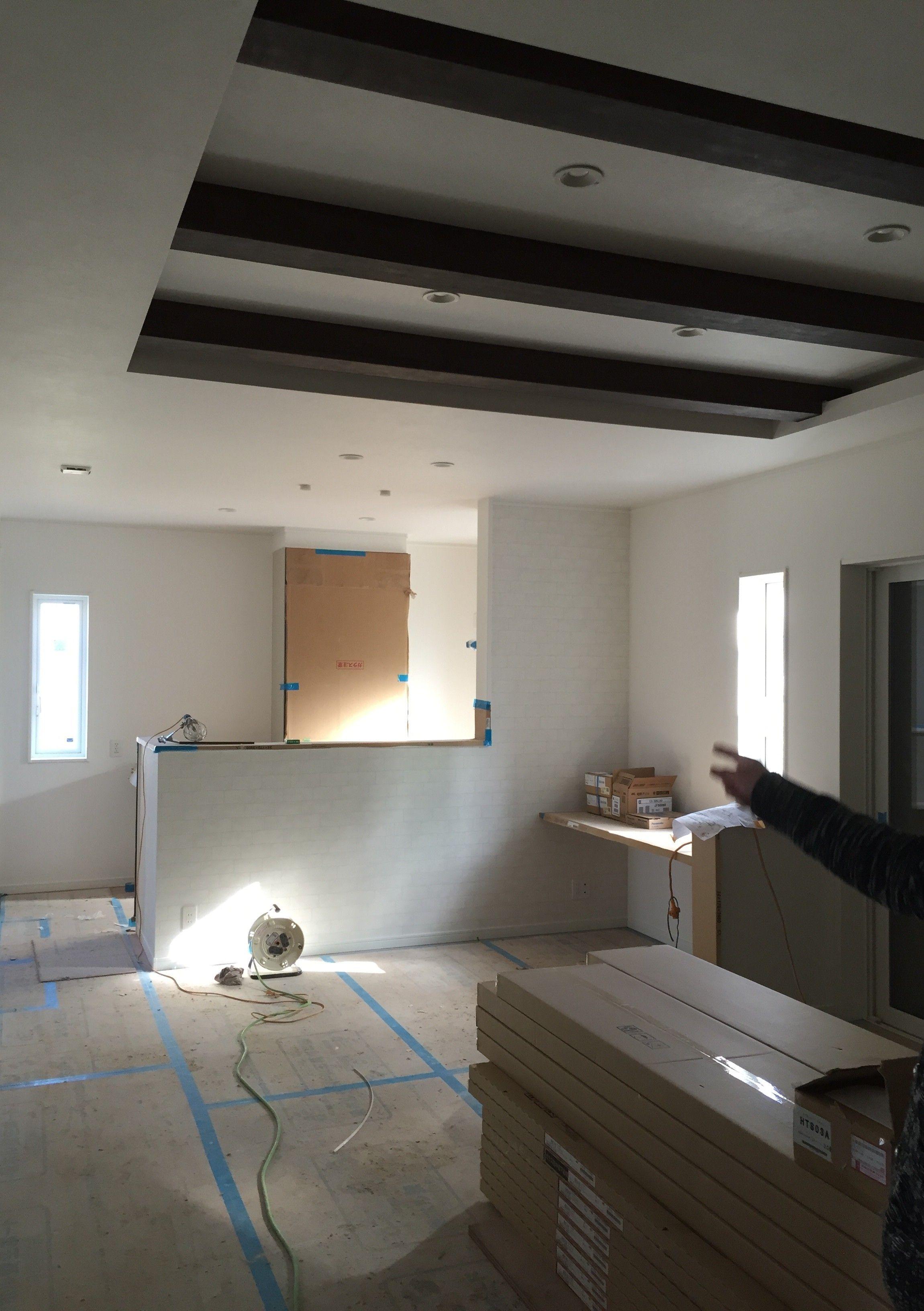 吹き抜けをやめて 折り上げ天井と見せ梁にしました リビング 天井
