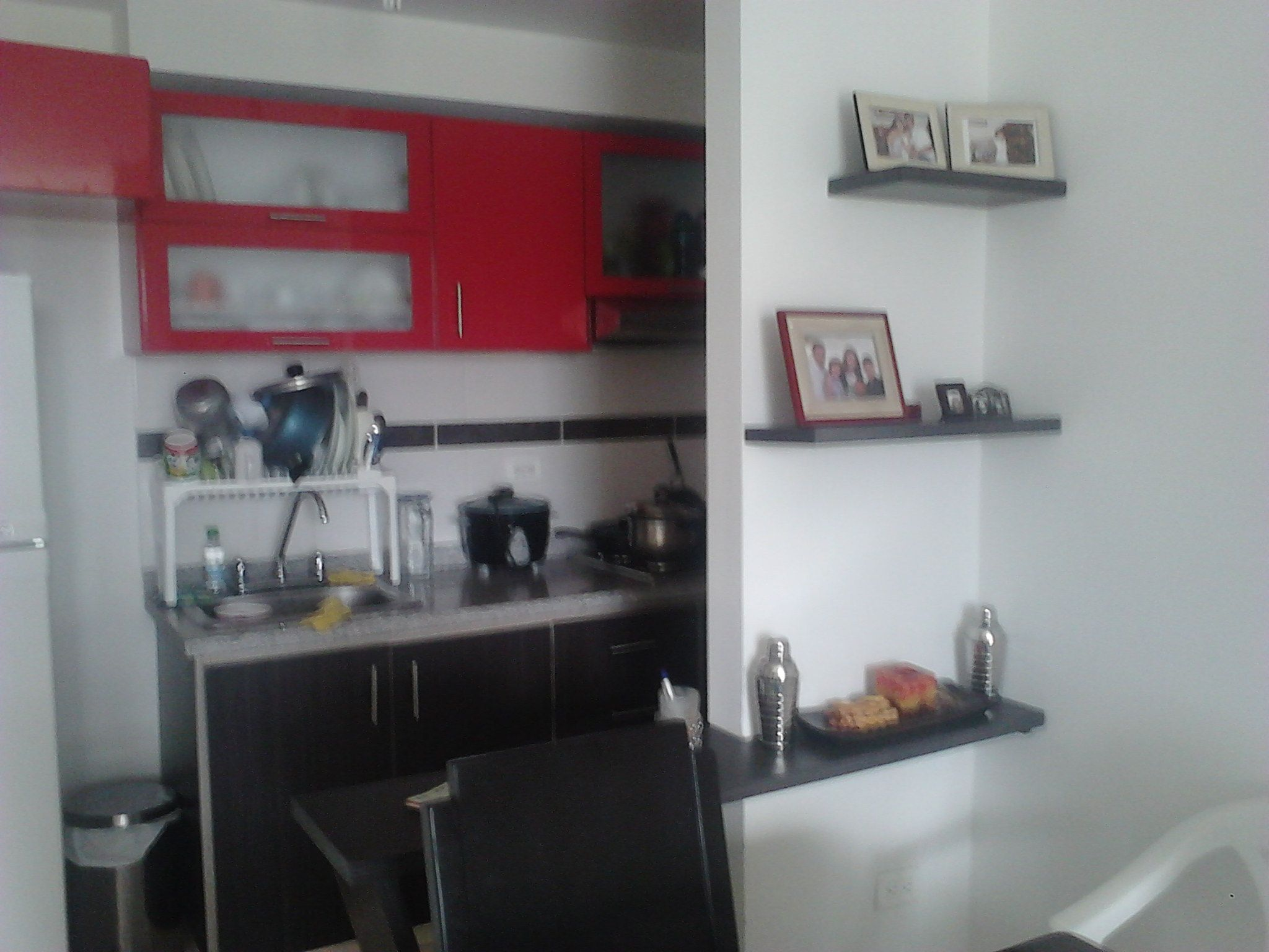 Cocina integral: Mueble superior de cocina en rojo e inferior en ...