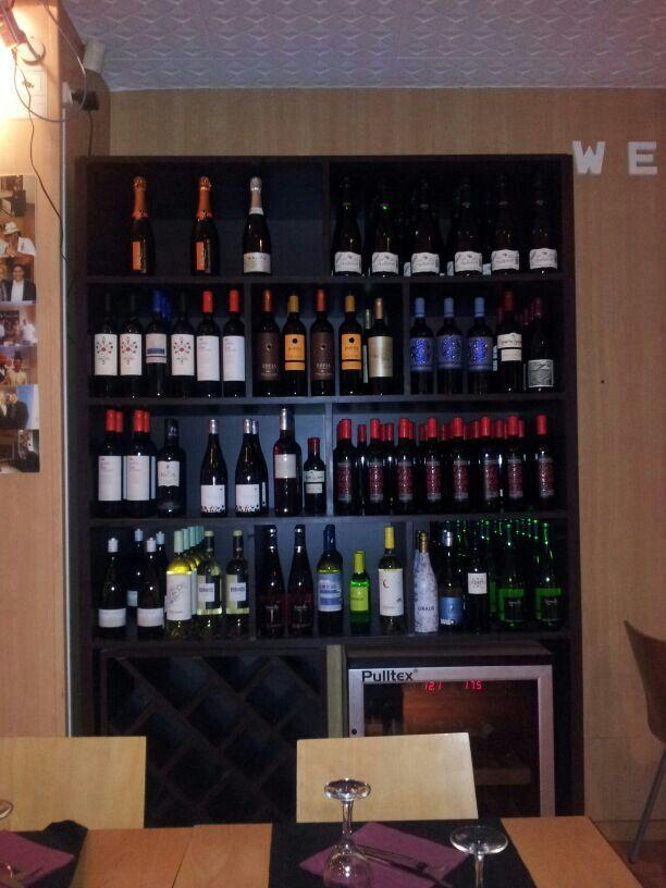 Wijn in kast als voorraad en in klimaatkast voor de drink