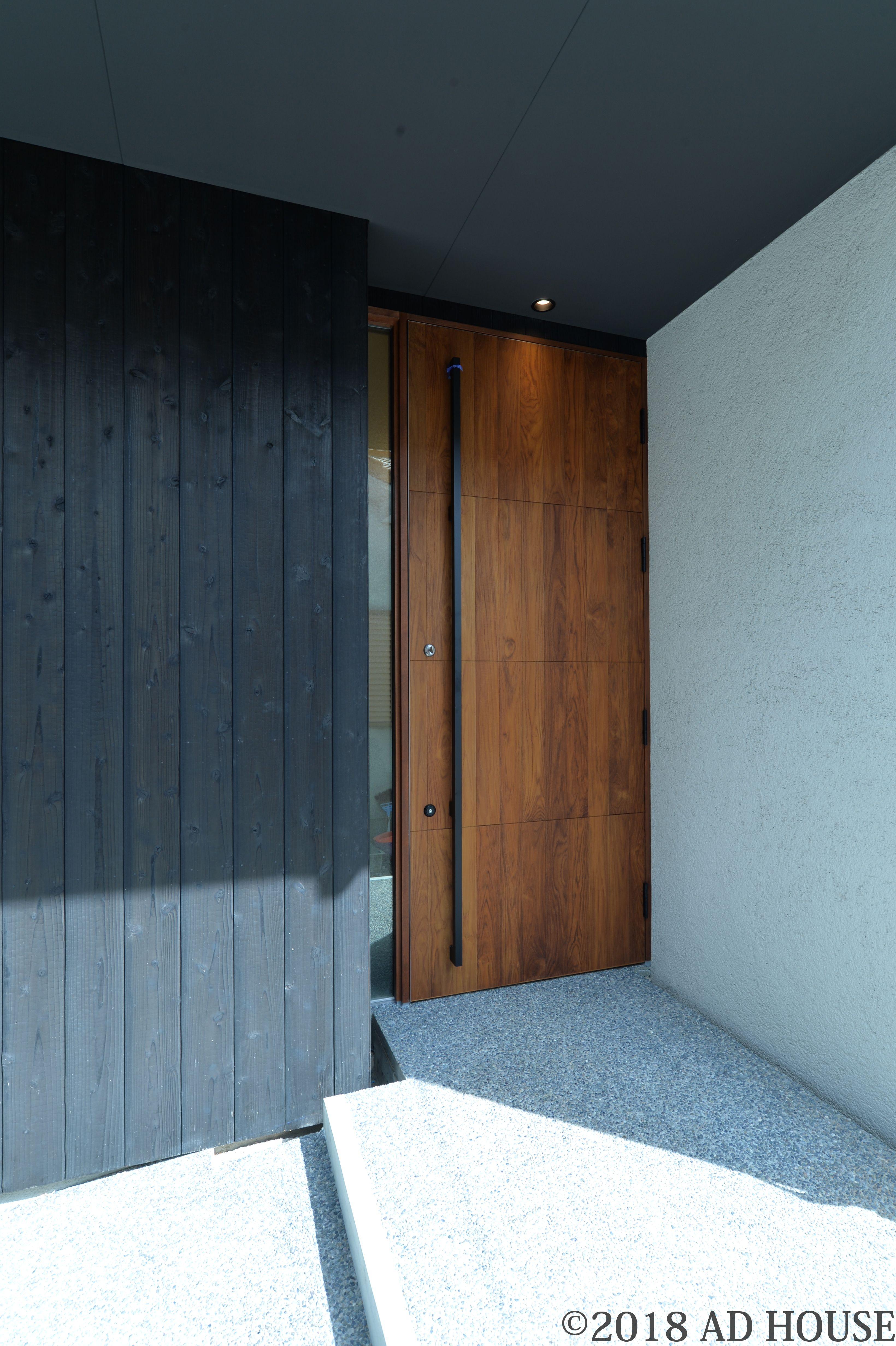 オリジナル木製断熱玄扉 表面材は無垢のチーク材 袖部分に明かり