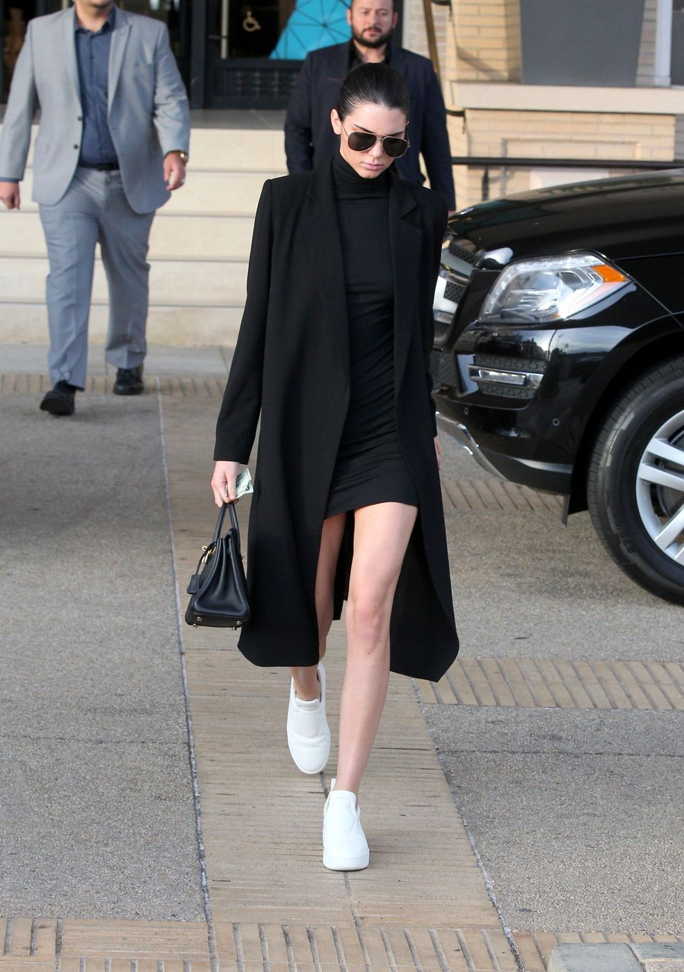 ee5cda262e9 Nothing says model off-duty like this all black ensemble worn by Kendall  Jenner. Playing with layers