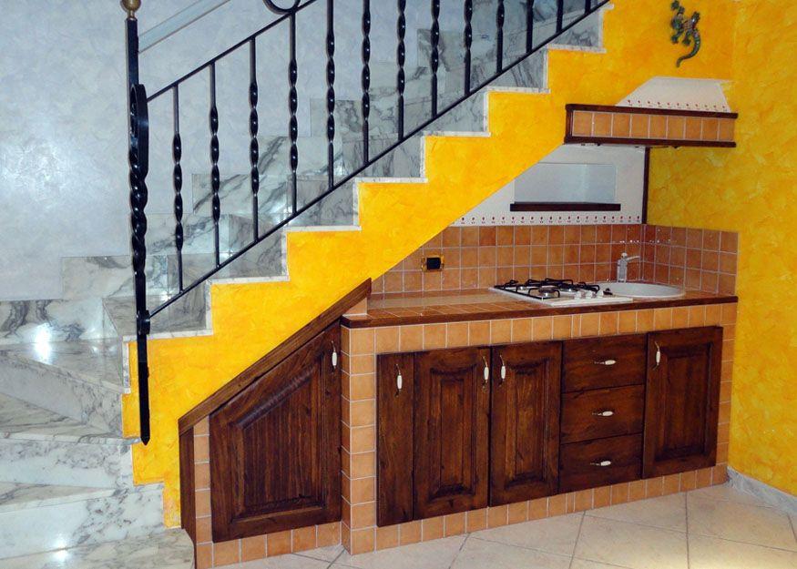 Cucina ricavata in un sottoscala realizzata su misura da cucine in - Mobili sottoscala ikea ...