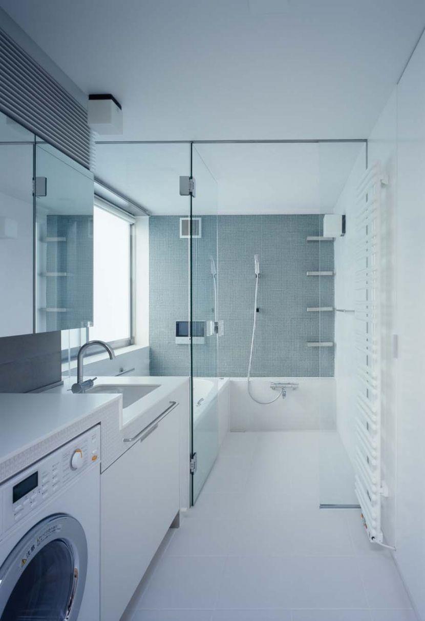 ガラスドアで開放感のあるバスルームを手に入れる Suvaco スバコ 浴室 ガラス 浴室 間取り モダンなバスルームデザイン