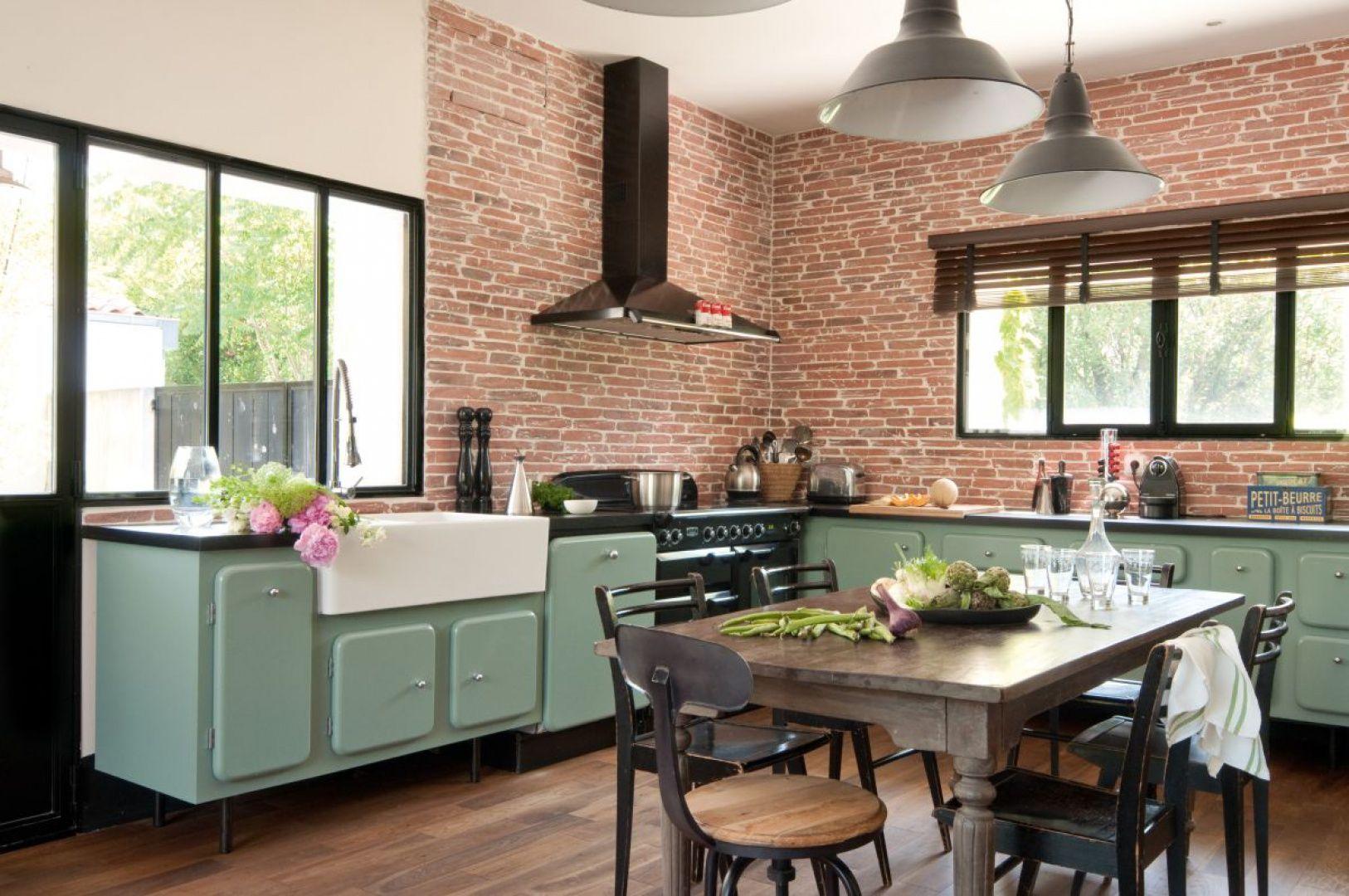 Kuchnie W Stylu Retro Lubia Kolorowe Akcenty Tutaj Mietowe Meble Na Czarnych Nozkach Swietnie Wpasowuja Sie W Aranzacje Ukoronowa Brick Kitchen Kitchen Retro