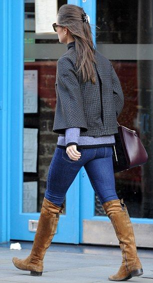 She completed her outfit with a burgundy Milli Millu Milan tote