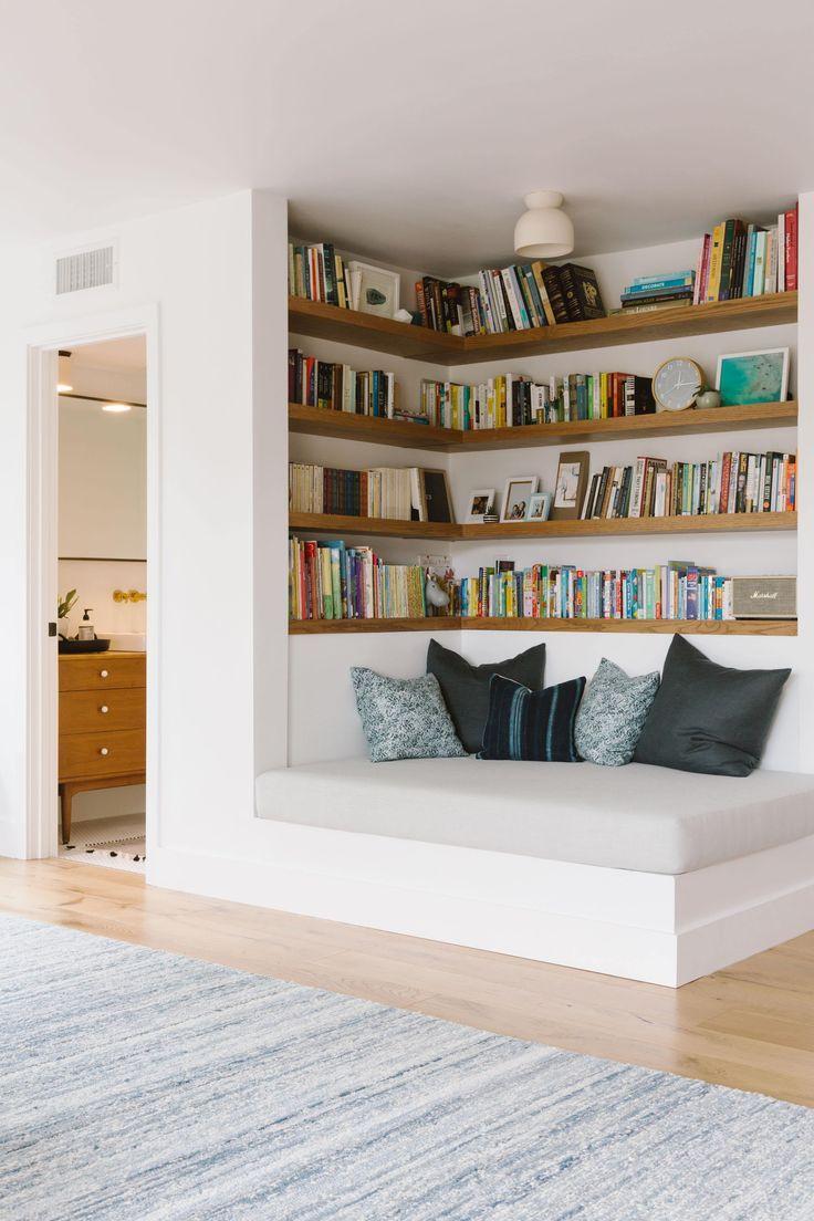 Eingebaute Leseecke in der Ecke neben dem Fernseher oder an der