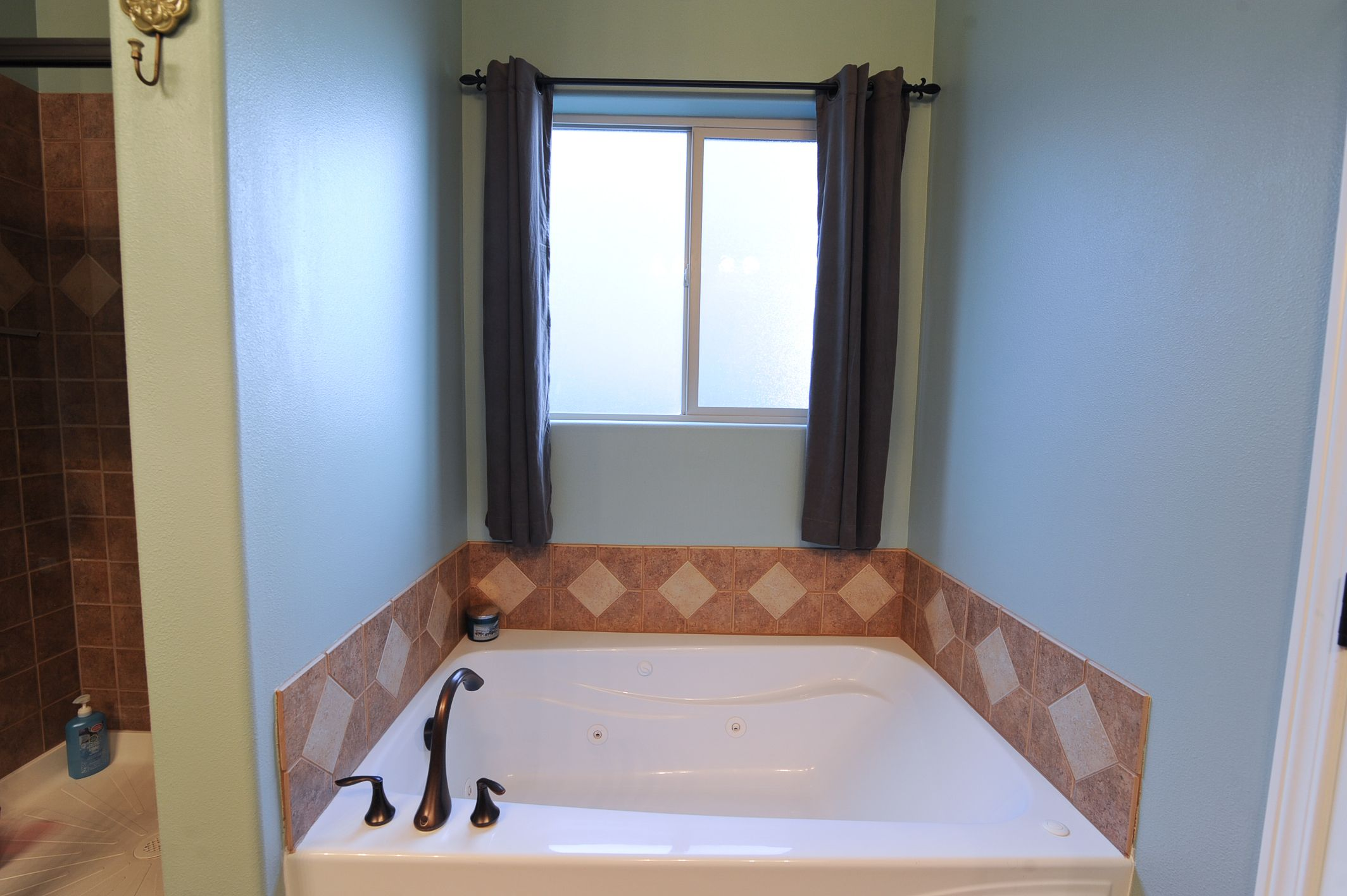 Large Bath Tub with Tile Backsplash - vikinhomes.com | Master ...