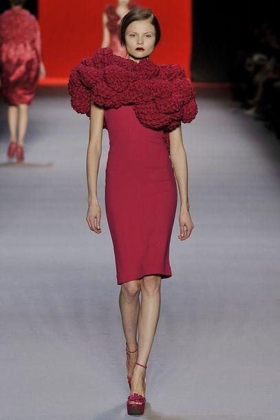 Rotes Kleid mit auffälligem Kragen von Giambattista Valli | A Dress ...