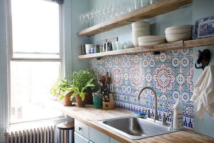 crédence cuisine en carreaux de ciment à motifs orientaux et plan de travail en bois massif