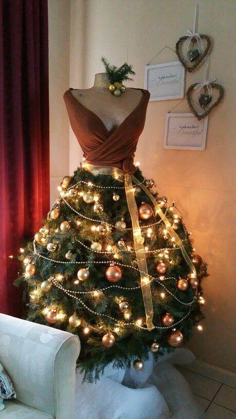 A Vintage Mannequin Decorated For Xmas Een Paspop Als Kerstboom Heel Goed Gevon Creative Christmas Trees Mannequin Christmas Tree Dress Form Christmas Tree