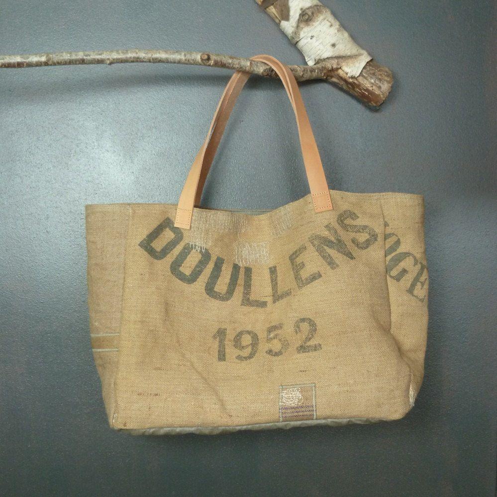 5fc457d151 Création artisanale française sac cabas de plage ou panier à courses en  jute ancienne (authentiques sacs à grains) doublure lin enduit de la  boutique ...