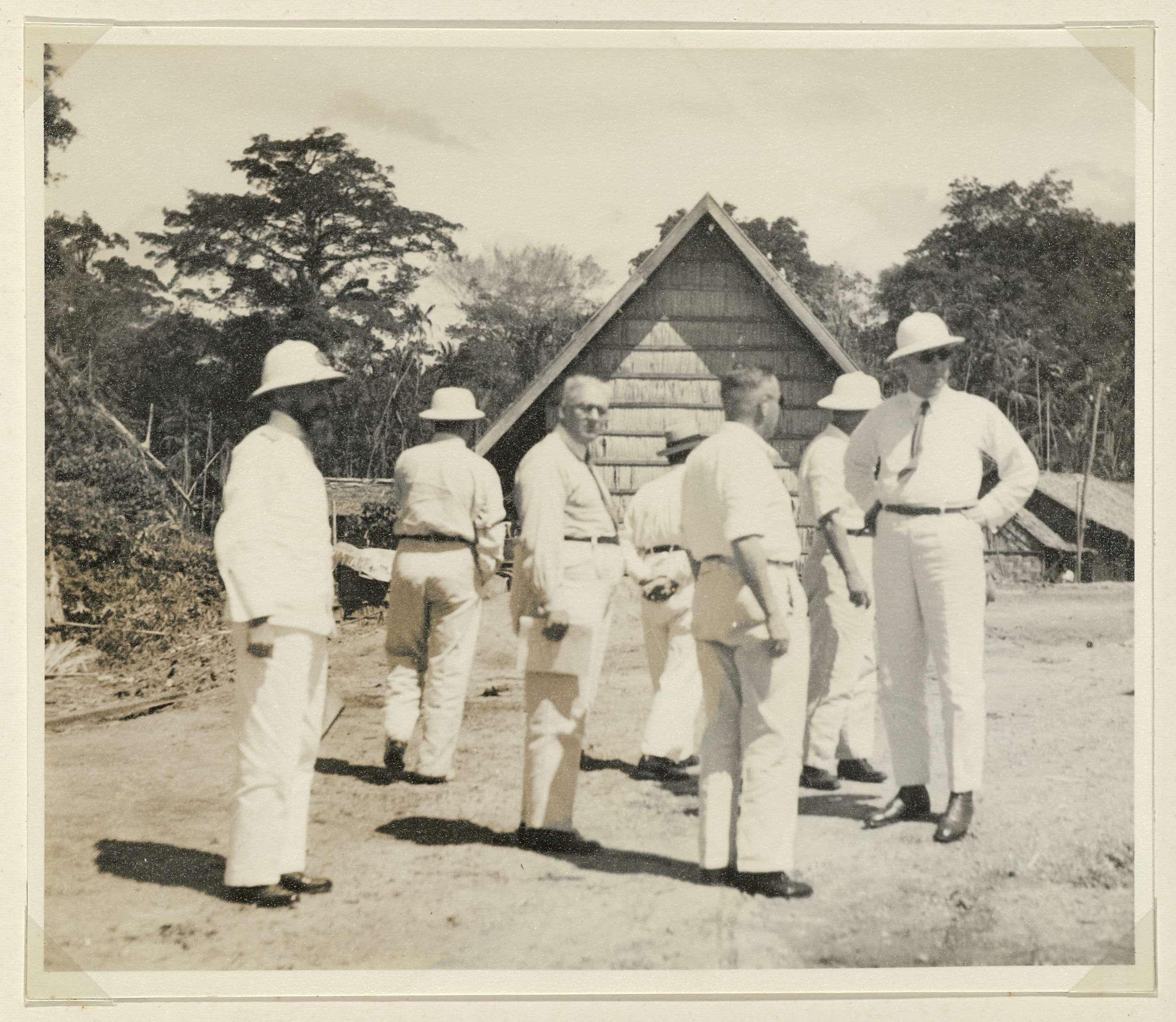Anonymous   Genodigden op het terrein, Anonymous, 1935   Genodigden met elkaar in gesprek op het terrein. Foto in het fotoalbum samengesteld ter gelegenheid van de feestelijke ingebruikstelling van de pijpleiding van Tempino naar Pladjoe op Sumatra door de Nederlandsch-Indische Aardolie Maatschappij (NIAM) op 15 november 1935.