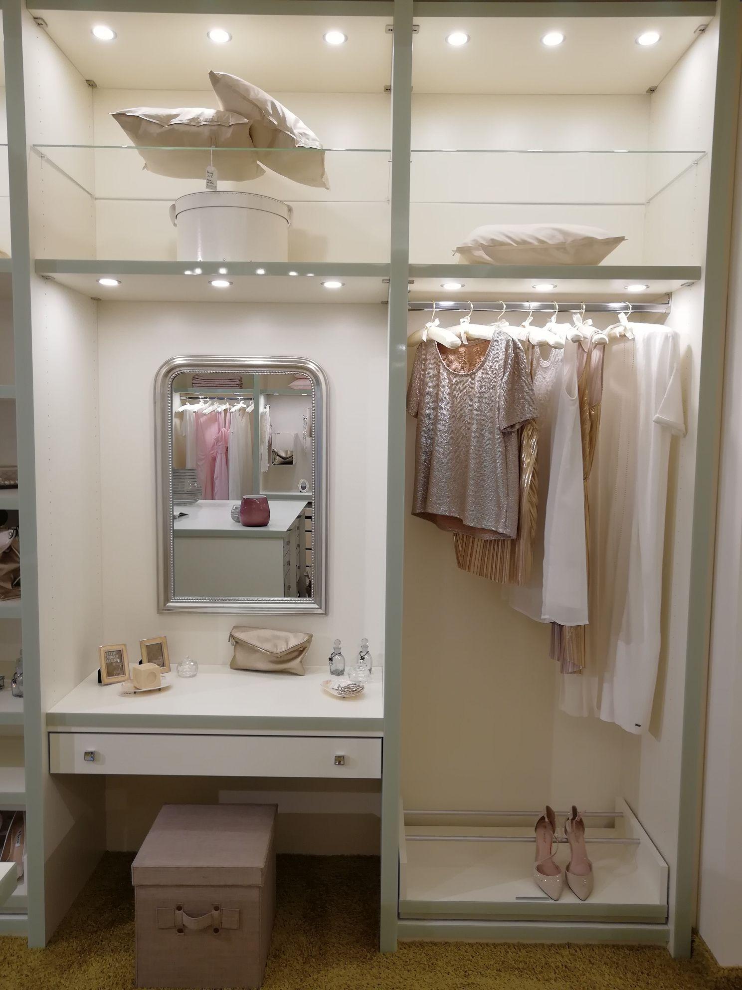 Begehbarer Kleiderschrank Mit Integriertem Schminktisch Garderobe Schrank Begehbarer Kleiderschrank Schrank Umgestalten