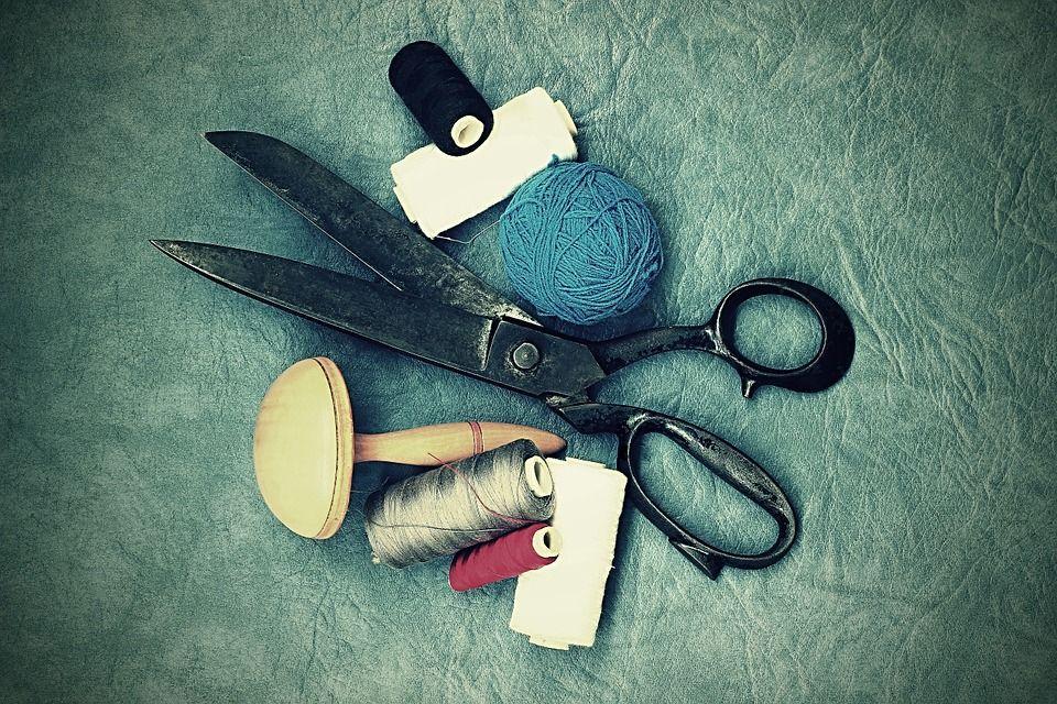Actualizamos el blog con la primera entrada de un total de 3 que iremos subiendo sobre uno de los elementos clave en costura: las tijeras. ¡Esperamos que poco a poco os arranquéis a participar! Enlace: www.mercerialluviadeideas.com/blog  #blog #merceríacreativa #tijera #tijeras #scissors #corteyconfección #costura #coser