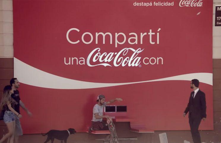 Genial campaña BTL de Coca Cola donde te invita a sentarte con otra persona frente a frente, para regalarte una botella de la marca.  Como siempre Coca Cola promoviendo la interacción, la felicidad y la cercanía.  http://mclanfranconi.com/la-valla-de-coca-cola-que-es-100-amigable/