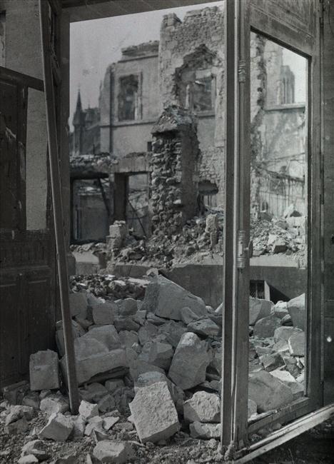 Vue des ruines de la rue de la Grue depuis une fenêtre du Mont-de-Piété à Reims. Castelnau, 1917.