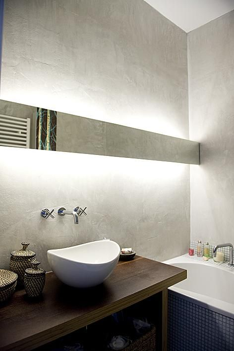 modern eingerichtetes badezimmer mit frei stehendem waschbecken badewanne und indirekter. Black Bedroom Furniture Sets. Home Design Ideas