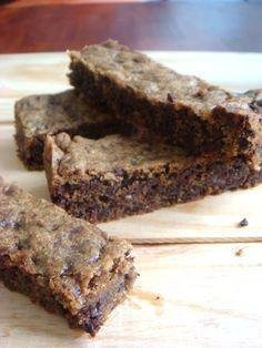Só isso, nada mais (e um Bolo de cookie com pedaços de chocolate) ngredientes  – 1 e 1/3 de xícara de farinha de trigo (150 g) – ⅓  de xícara de açúcar cristal (65 g) – ⅓ de xícara de açúcar mascavo (aperte na xícara para medir) (65g) – ½ colher de chá de sal – ½ colher de chá de canela – ¼ de colher de chá de bicarbonato – 110 gramas de manteiga sem sal em temperatura ambiente, bem molinha – 1 ovo – ½ colher de chá de extrato de baunilha – 1 e ½ xícara de chocolate meio amargo picad