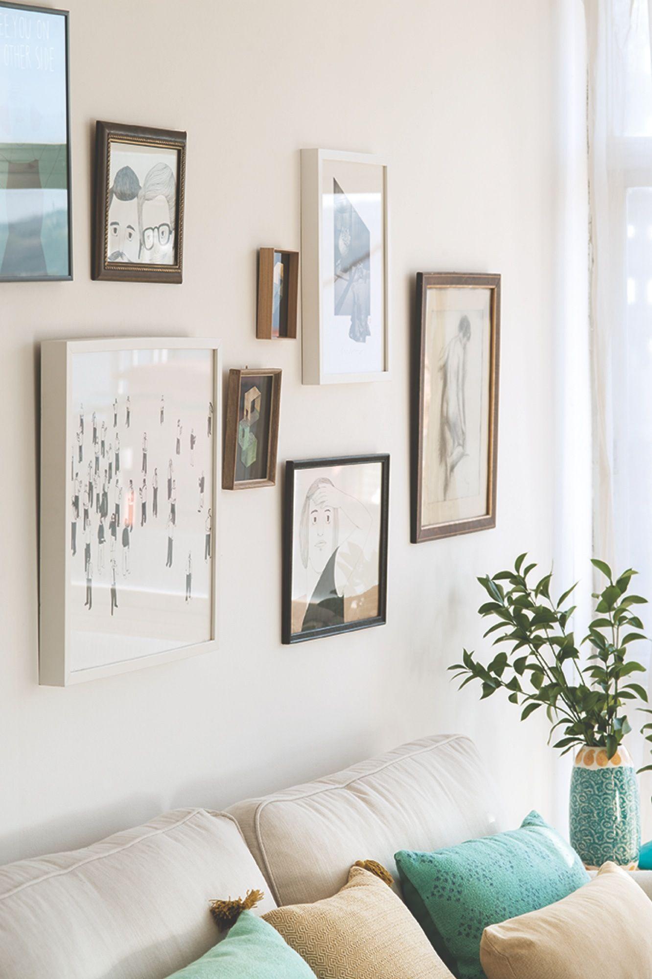 Composición de cuadros de distintos tamaños y marcos sobre pared ...