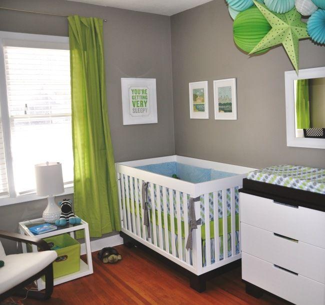 chambre-de-bébé-moderne-mur-gris-rideau-vert-decoration-originale ...