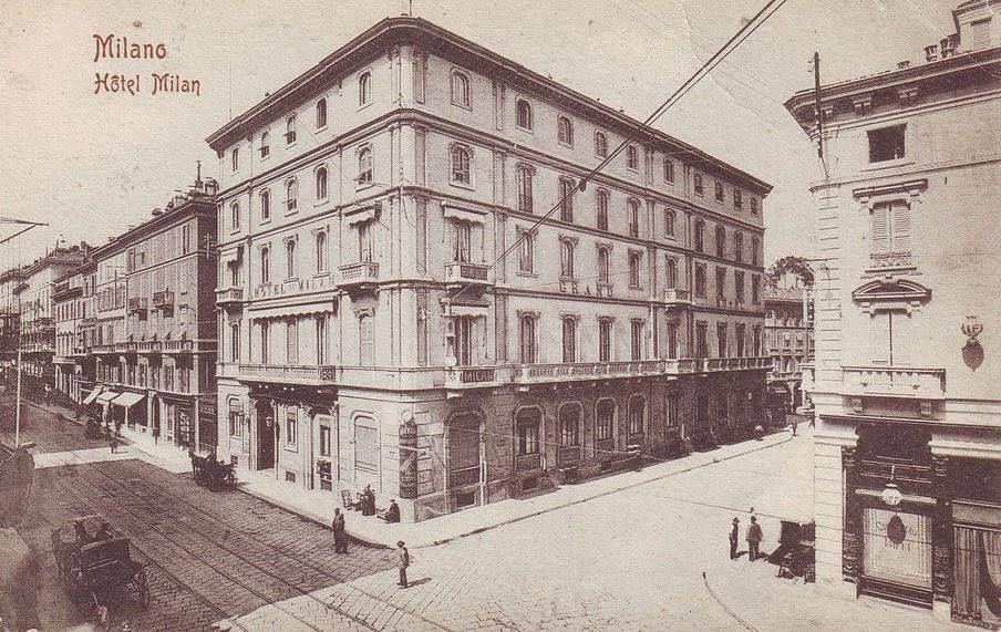 via Manzoni all'angolo con via Croce rossa, nel 1900. In primo piano, il Grand Hotel et de Milan, celebre per aver ospitato, fino alla morte, Giuseppe Verdi durante i suoi soggiorni milanesi.