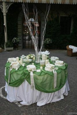 471ed675e786 Il tavolo per la confettata con stoffe  verdi Bomboniere