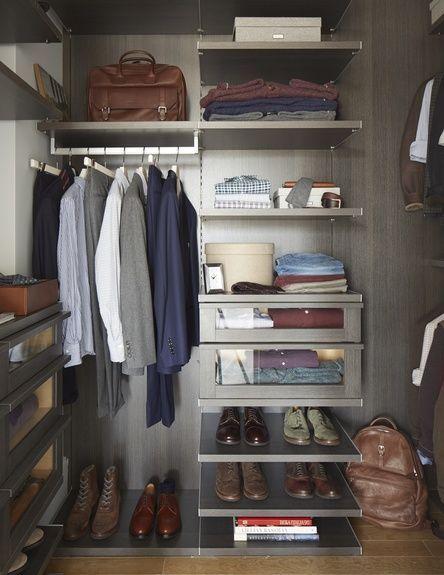 Coloca ropa de punto doblada organizar armarios armarios for Closet modernos para hombres