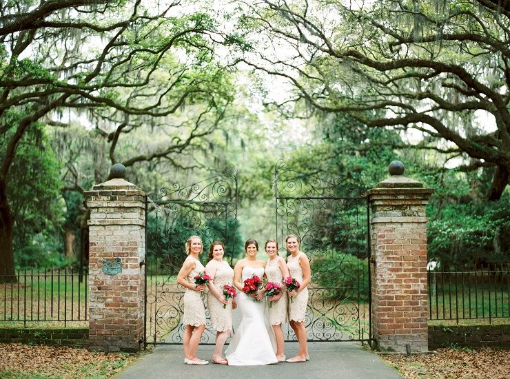 Bride and bridesmaids wedding photo idea | fabmood.com