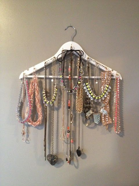 diy coat hanger jewellery display to diy pinterest deco bijoux et porte bijoux. Black Bedroom Furniture Sets. Home Design Ideas