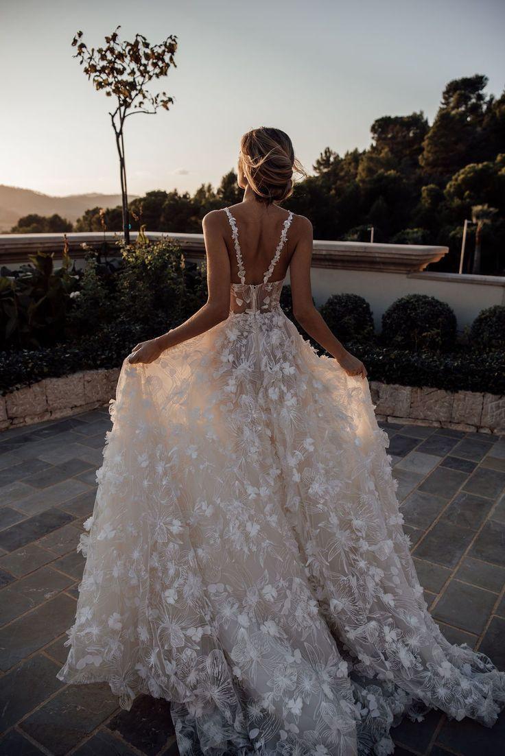 Une mariée de printemps a besoin d'une robe en pleine floraison et la #Fabiana est ...