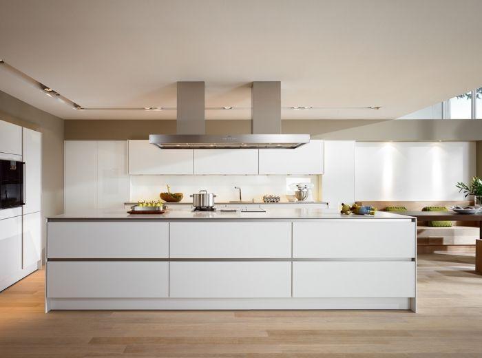 Moderne witte keuken met kookeiland en greeploze laden en kasten