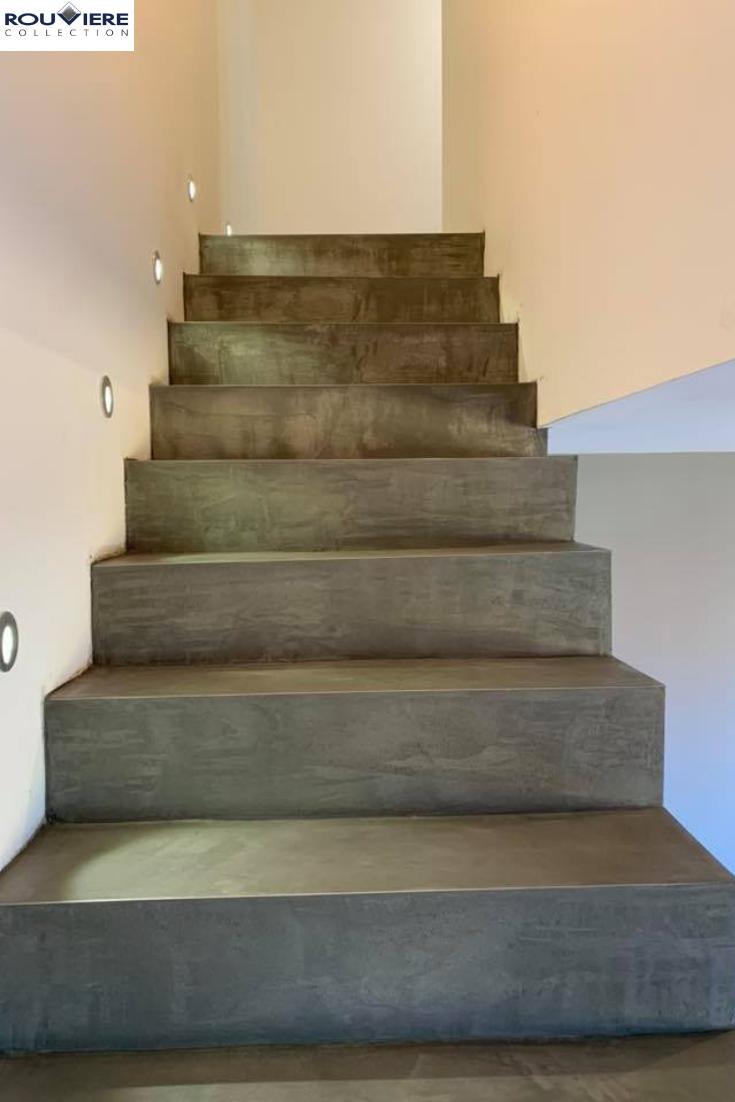 Le Revetement De Cet Escalier Est Realise En Micro Beton Teinte Bc 44 Beton Cette Couleur Fait Particulierement Bien Resso Treppe Treppensanierung Treppe Haus