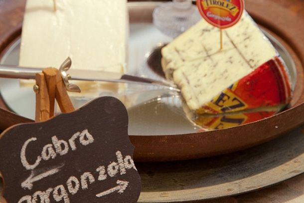 Como Organizar Queijos e Vinhos em Casa! cheese and wine/ tablescape inspiration