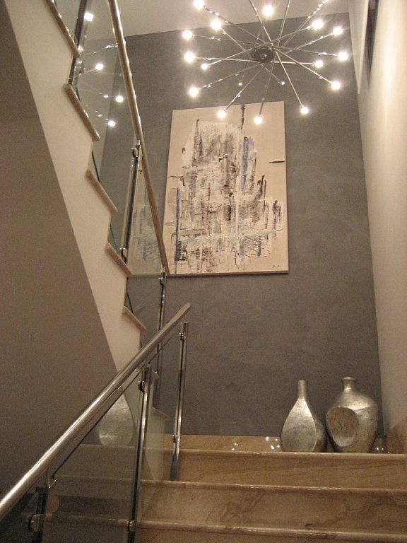 Ara a fabricada con finos tubos de metal papel pintado for Huecos de escaleras modernos