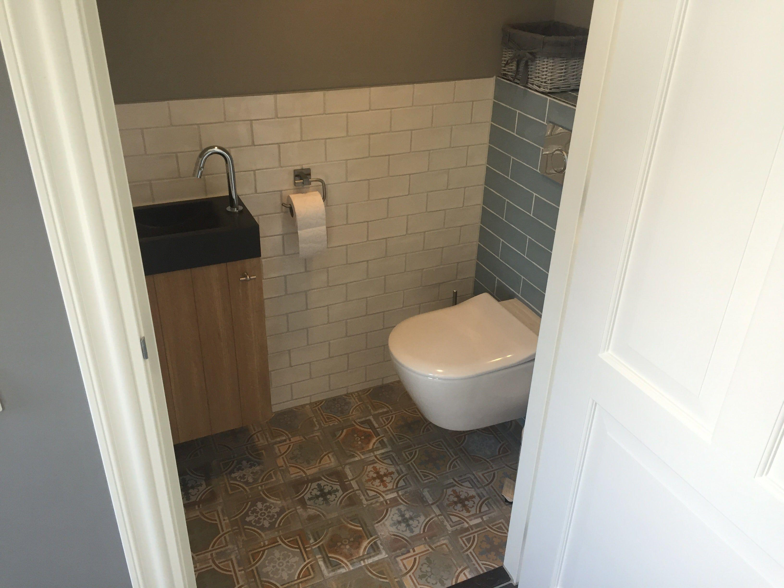 Toilet met leuke versleten decor tegels in vrolijke kleuren