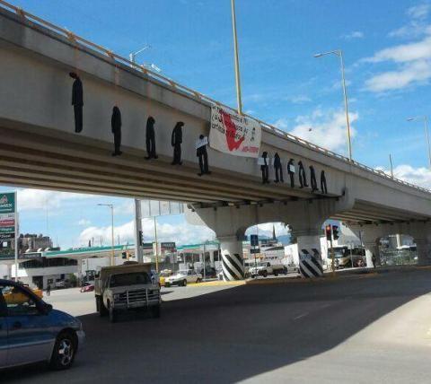 """Once """"colgados"""" en puente vehicular de Oaxaca"""