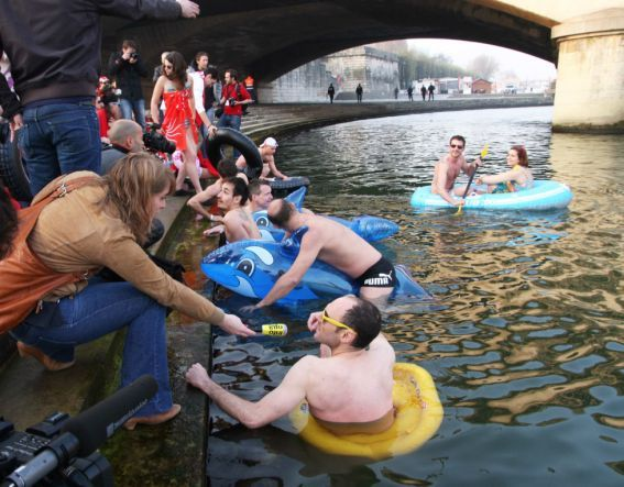 """100s of people dived in the river Seine to celebrate the """"ice cream season"""" (event organised by Miko). Good thing it was warm on that Sunday. 7 photos  showing the fund day..."""
