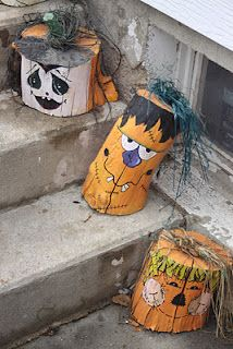 Tree stump painted pumpkin heads! Or wood post. Malte trestubber - en ide til hytta.