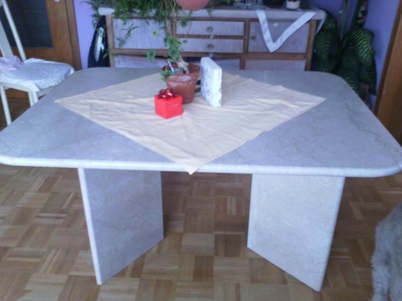 Verkaufe Weißer Esszimmertisch aus Marmor 130x100 auch die Tischbeine sind Mamor. der Tisch ist sehr schwer und steht im Erdgeschoss ,kann besichtigt werden. Ohne und Hund