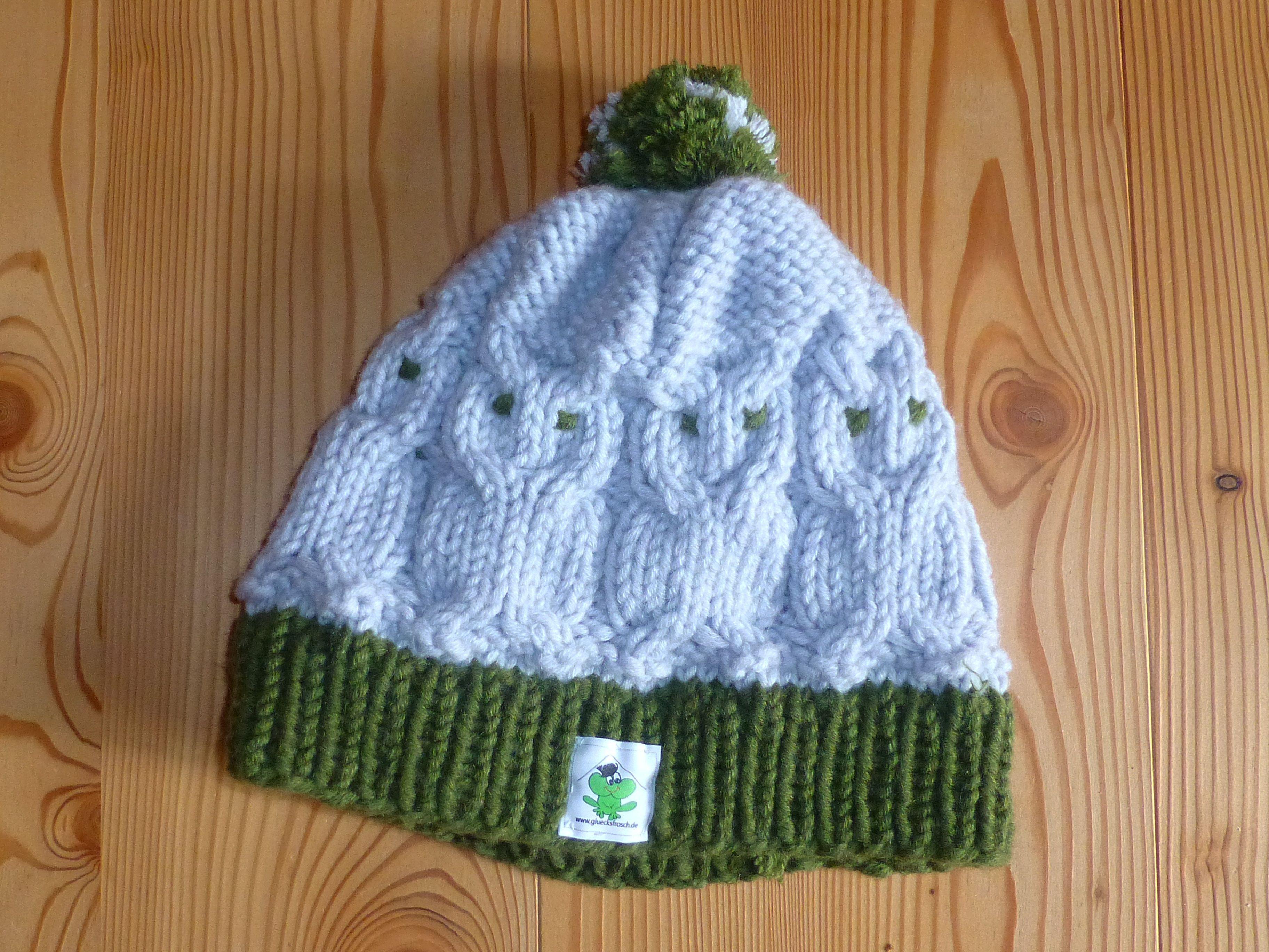 Mütze, von Hand gestrickt, Schurwolle, mit Eulenmotiv, vom Glücksfrosch, grau und moosgrün, mit Label www.gluecksfrosch.de