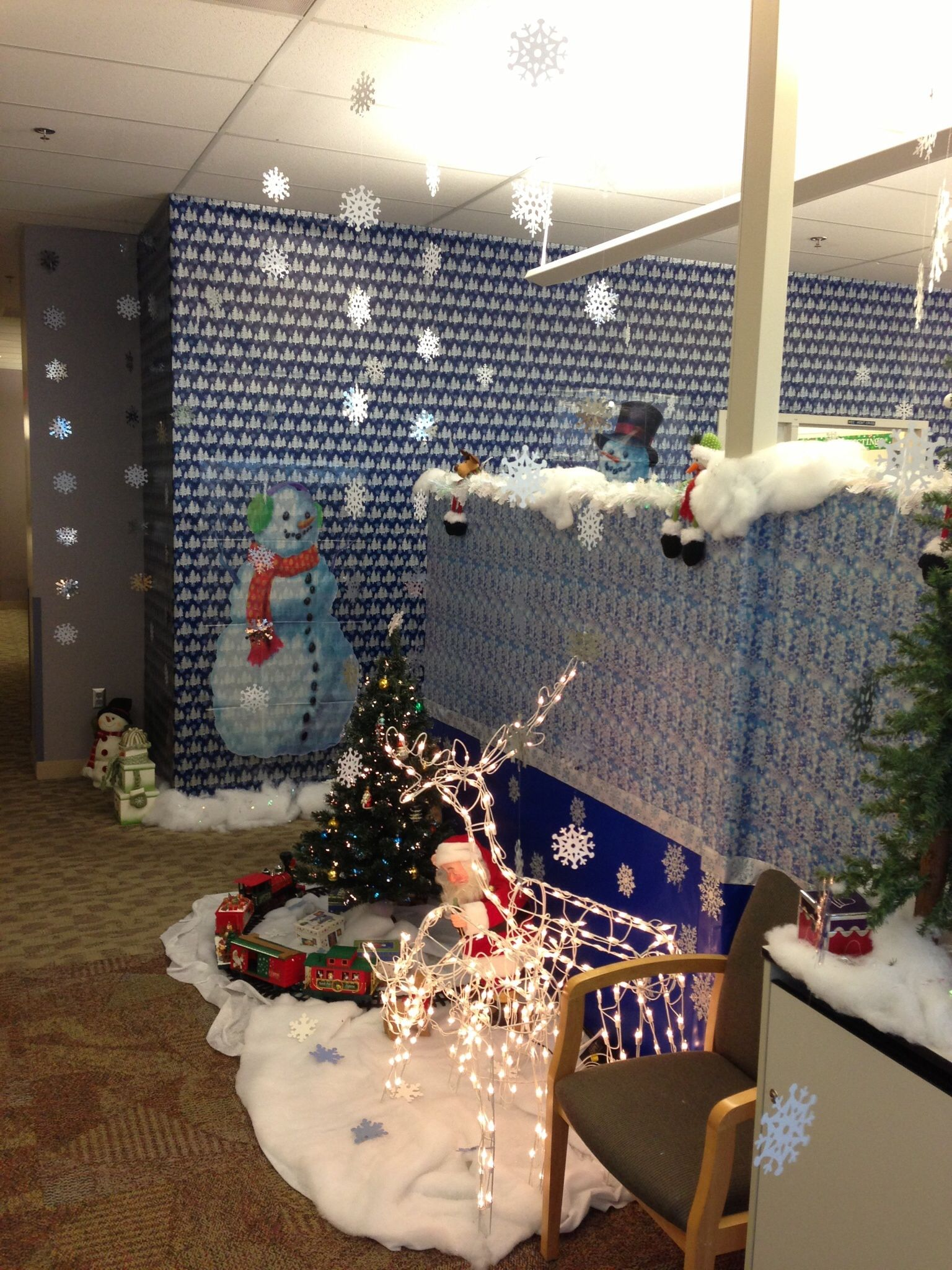 30 Attractive Office Christmas Decoration Ideas Office