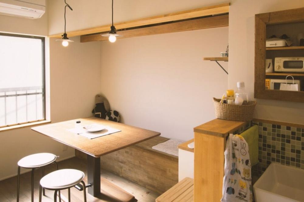 もともと和室の押入れだった場所はダイニングに。収納を兼ねているベンチには猫ちゃんグッズなどがしっかり収まります。(木造戸建リノベーション 京都市中京区) | 京都の住宅リノベーション専門会社(マンション・中古物件など) | ミセガマエヤ