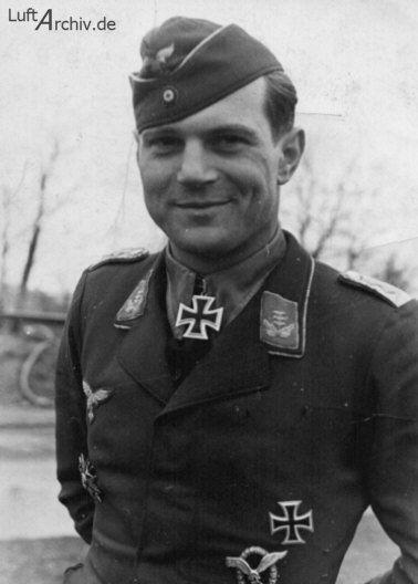 Heinz-Robert-Wilhelm Bretnütz wurde am 24 Januar 1914 in Mannheim. Am Vormittag des 22. Juni 1941 wurde er bei einem Luftkampf zwischen Erzville und Nemaksciai getroffen und musste mit seiner Bf 109 F-2, Werknummer 6674, wegen Motorschadens und einer Schußverletzung notlanden. Er wurde mit militärischen Ehren auf dem Heldenfriedhof in Insterburg beigesetzt. Sein Grab wurde mit seinem Propellerblatt als Grabstein versehen.
