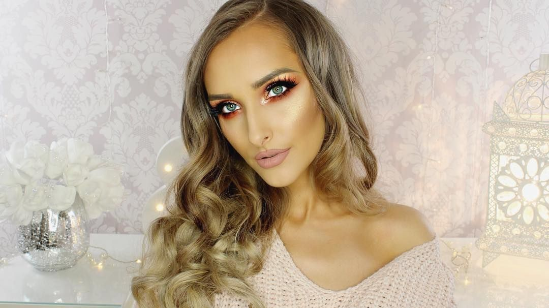 Cozy & glowy! @pinupbeautyxo is stunning in our 'Lady Killer' lashes, bronzy eyes, and a nude lip. Loving the fairy lights in the background which add a whimsical appeal! #blackmagiclashes
