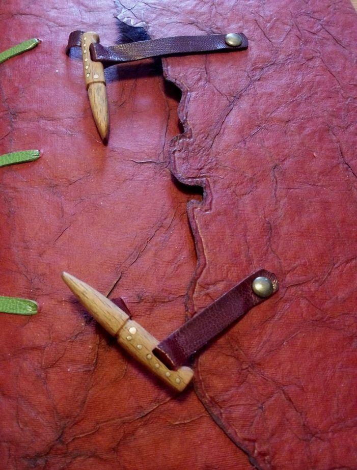 chiusure a forma di pattada, in legno di faggio con rivetti in ottone closures shaped pattada, beech wood with brass rivets