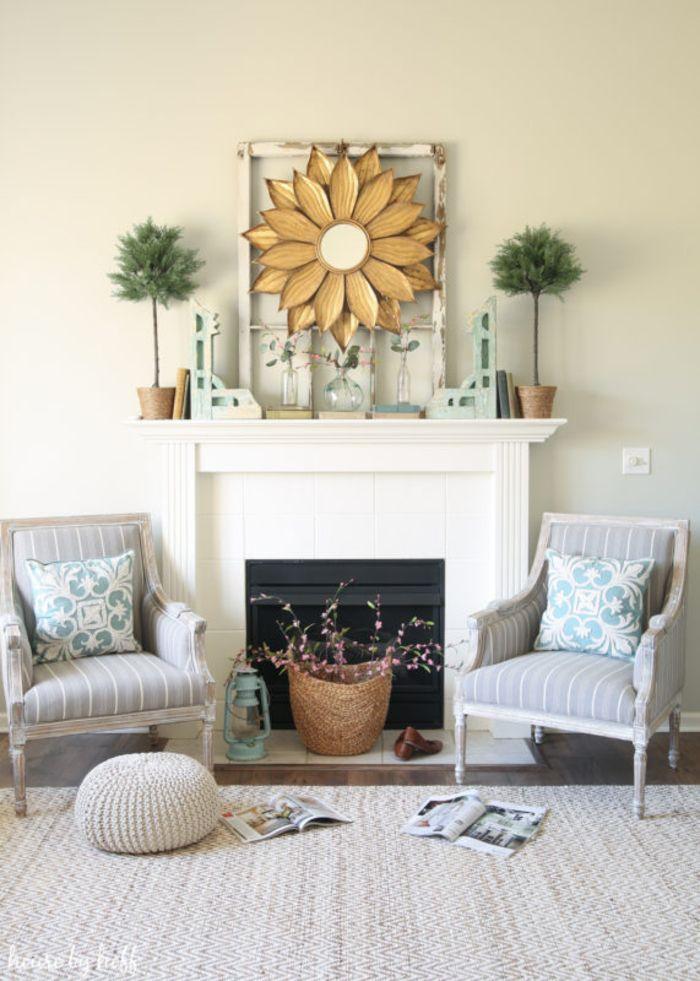 Wohnzimmer in zarten, hellen Farben, Kamin und zwei Sessel, Spiegel