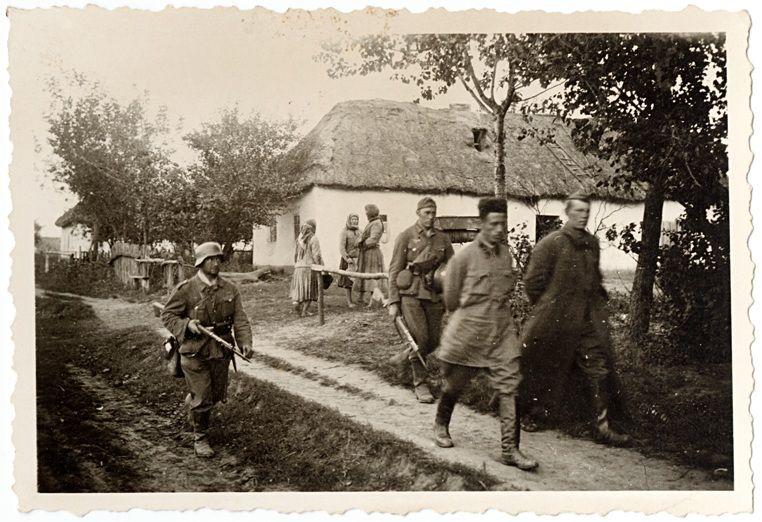 burgers werden gevangen genomen. Een paar jongens werden ook gevangen genomen