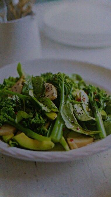 Smoked chicken chia and brocolini salad w chilli sesame dressing  Supergrains p102