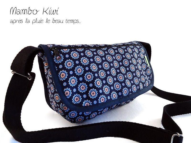 57f5d65ee7 Sac bandoulière en tissu, motif rétro à fleurs bleu marine, anse réglable :  Sacs bandoulière par mambo-kiwi