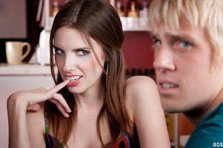 Mann flirtet mit anderen frauen